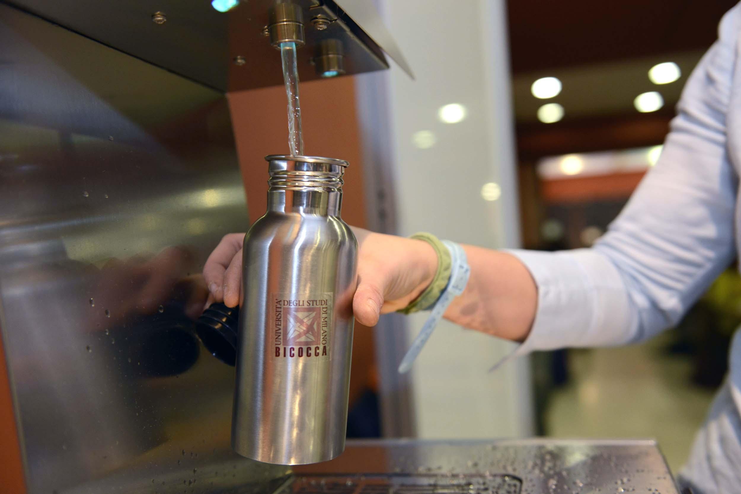 Borracce riutilizzabili regalate agli studenti: la Bicocca elimina la plastica